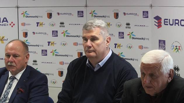 Tisková konference BK Olomoucko. Ladislav Okleštěk (hejtman), Predrag Benáček (trenér), Dušan Tomajko (předseda klubu)