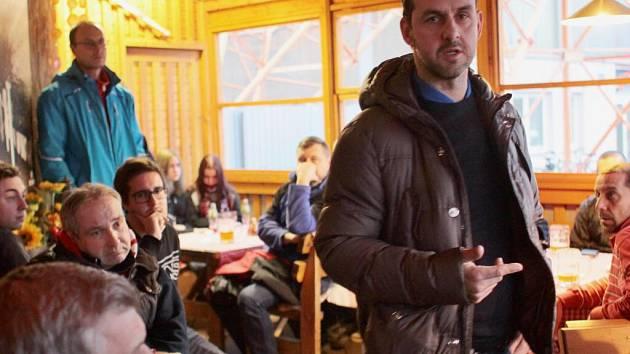 První setkání vedení hokejového klubu prostějovských Jestřábů s fanoušky. Sportovní manažer LHK Jiří Vykoukal (vpravo).