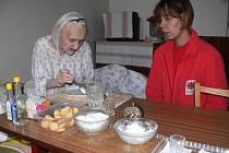 Paní Kauerová s pracovnicí Charity