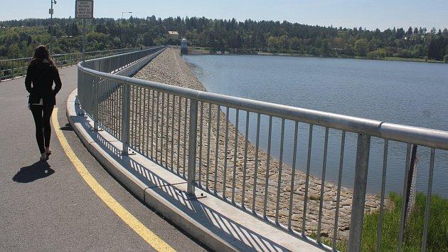 Polovina května na Plumlovské přehradě. Zatím vládne ticho, pomalu se však připravuje na novou koupací sezónu.