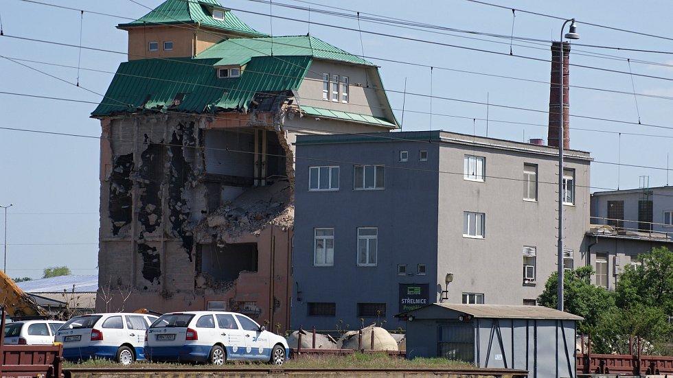 Bourání budovy bývalého sila v areálu společnosti REAL-VITA v Prostějově - 25. dubna 2019