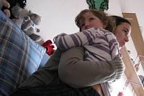 Malá Klárka s objetí se svou oblíbenou učitelkou Veronikou Valkovičovou