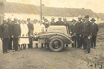 SE STŘÍKAČKOU. Sbor dobrovolných hasičů Suchonice v roce 1936.