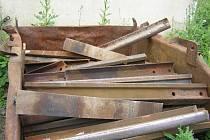 Podkladnice, tedy ocelové desky, které se vkládají mezi kolejnice a pražce, vybrala nelegálně sběrna v Dřevnovicích