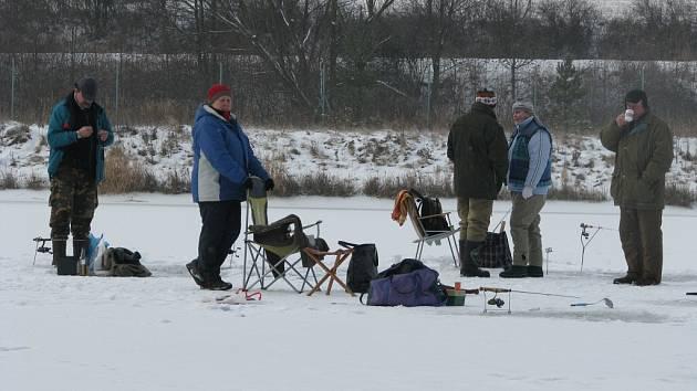 """Na Čertových rybnících u Čunína se v sobotním mrazivém počasí čile rybařilo. Takzvaně """"na dírkách"""" tu lovila skupinka dvanácti nadšenců."""
