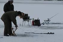 Na Čertových rybnících u Čunína se v zimě lovi tzv. na dírkách