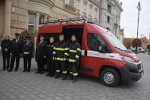 Dobrovolní hasiči z Domamyslic dostali dárek: zbrusu nové auto za téměř milion.