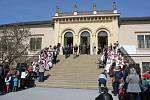 Otevírání zámku v Čechách pod Kosířem, který prošel roky trvající rekonstrukcí, proběhlo ve velkém stylu. Návštěvníci mohli shlédnout dvě expozice, vystoupat na opravenou rozhlednu nebo se podívat na vystoupení dětí a folkloristů.