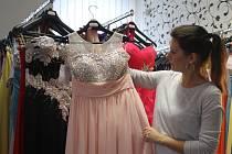 V módě pro mladé dívky letos vévodí splývavé rafinované střihy v pudrových barvách