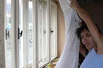 Romská rodina touží po návratu do Vsetína, ve zchátralém domě nemůže ani nechce žít.