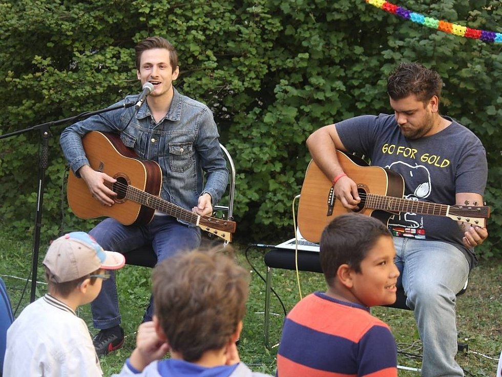 Do Prostějova ve čtvrtek přijel účastník Superstar Martin Šafařík. Zpěvák a kytarista zadarmo zahrál a zazpíval hendikepovaným.