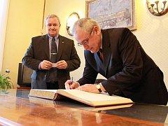 Rada velvyslanectví Bulharské republiky Marin Jovčevski (v brýlích) s prostějovským starostou Miroslavem Pišťákem