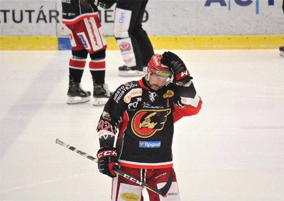 Prostějovští hokejisté (v černém) doma porazili lídra soutěže 5:3. Tomáš Divíšek