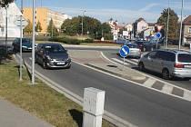 Rondel na Petrském náměstí je poměrně nový. Otevřen byl v roce 2010 a existuje na něm zajímavá dopravní situace, kdy se na něj z ulice Sádky napojit můžete, ale do této ulice z něj nesjedete. To stále některé řidiče trochu mate.