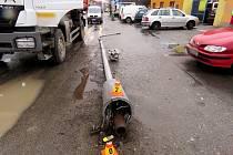 Řidič náklaďáku v Kostelecké ulici při couvání skácel sloup veřejného osvětlení