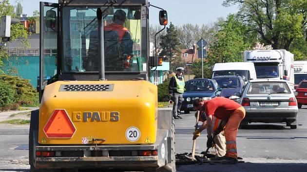 Opravy vozovky na Olomoucké ulici.