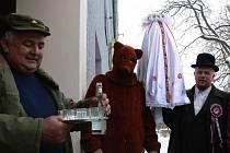 V Pivíně slavili tradiční ostatky s právem v sobotu obcházeli vesnici průvodem a zvali na večerní zábavu.