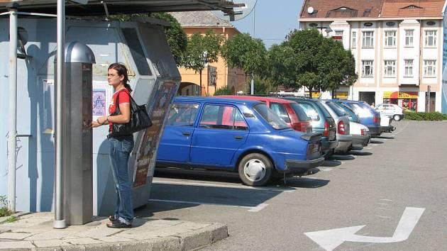 Množství aut a nedostatek parkovacích míst je trvalým problémem nejen města Prostějova.