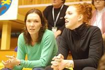 Sobotní utkání s Frýdkem Místkem sledovala americká posila VK Prostějov Rachel Van Meterová (vpravo) ještě z tribuny ve společnosti zraněné spoluhráčky Evy Ryšavé. Dnes v Brně už by měla nastoupit.