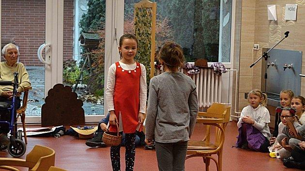 Druháčci ze základní školy Železného v Prostějově na návštěvě u seniorů