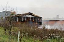 Požár haly se slámou v Brodku u Prostějova - dohašování v úterý dopoledne