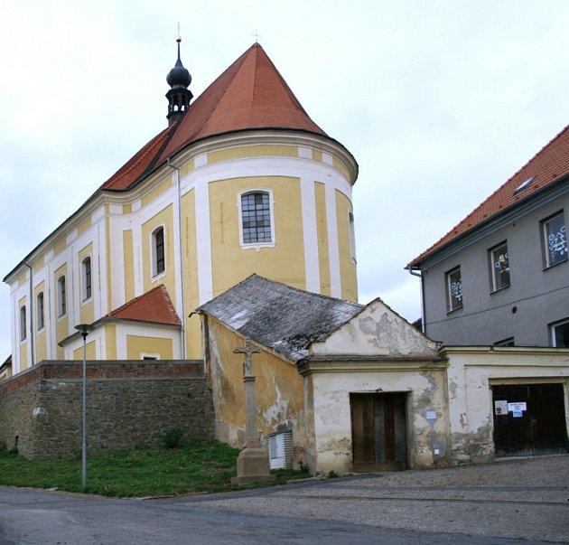 Kryté schodiště, které je součástí kostela sv. Jana Křtitele vUrčicích a sloužilo jako přímé komunikační spojení sobcí, se stalo kulturní památkou