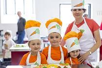 Mrkvičky – Ondřej Smečka, Sofie Muchová a Magdaléna Petrásková se svou učitelkou Klárou Kristkovou získaly v soutěži ve své kategorii 4. místo.
