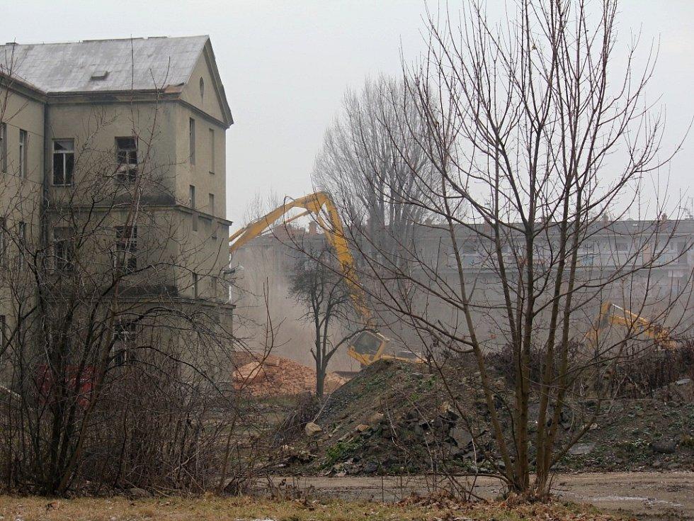 Začínající demolice hlavní budovy bývalých jezdeckých kasáren v Prostějově