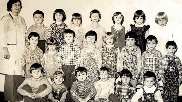MATEŘSKÁ ŠKOLA. V roce 1948 byla při základní škole založena i škola mateřská. Na fotografii žáci ve školním roce 1979-1980 s ředitelkou školky Marií Čeplovou.