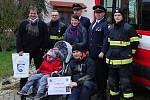 Nezamysličtí hasiči předali finanční dar nemocnému šestiletému Kubíčkovi z Dlouhé Vsi.