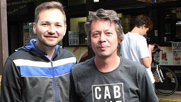 Známý hudebník Vašek Řihák tráví dovolenou v kempu Žralok. Na snímku s provozním kempu Petrem Piňosem (vpravo)