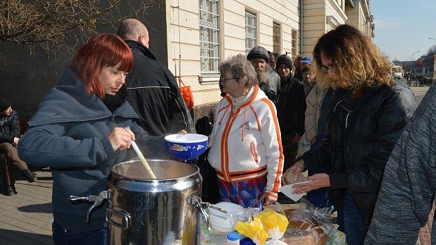 Poslední výdejní den jídla pro lidi bez domova u místního nádraží v Prostějově