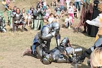 Lesklá zbroj, řinčící zbraně a středověká atmosféra.