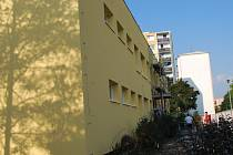 Oprava mateřské školy na Fanderlíkově ulici má měsíční zpoždění. Stavbaři při práci na kompletní revitalizaci budovy objevili hnízdo chráněných ptáků, a to rorýse obecného.
