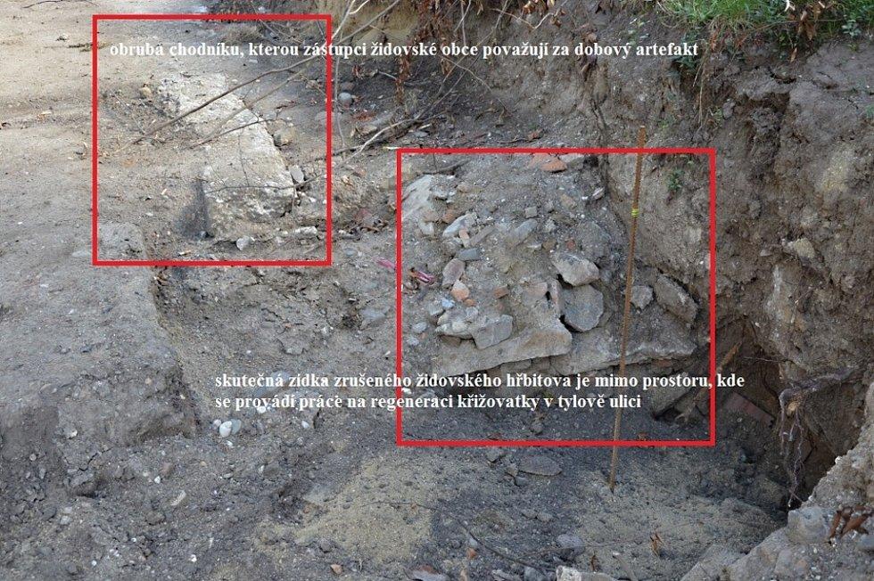 Sonda na židovském hřbitově potvrdila, že šlo o betonový obrubník.