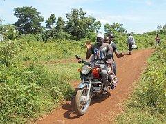 Na motorce bodaboda lze přepravovat tři lidi