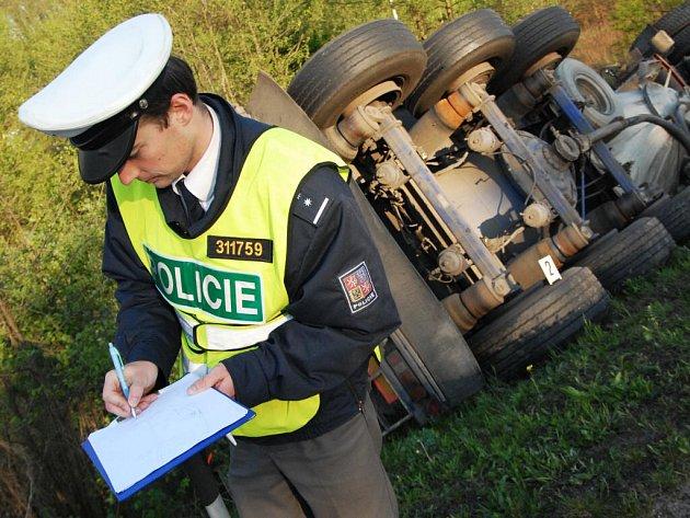 U Bělotína na Přerovsku se převrátila cisterna s mlékem, řidič je těžce zraněný.