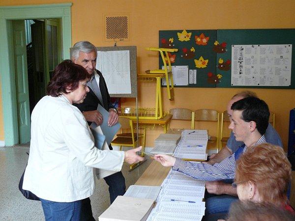 Vpátek ve čtrnáct hodin se otevřely dveře volebních místností také na Skálově náměstí. Zde se ještě před začátkem hlasování utvořila menší fronta, především starších voličů. Voliče občas mátlo přehození čísel místností surnami.