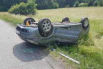Řidič poslal auto na střechu.