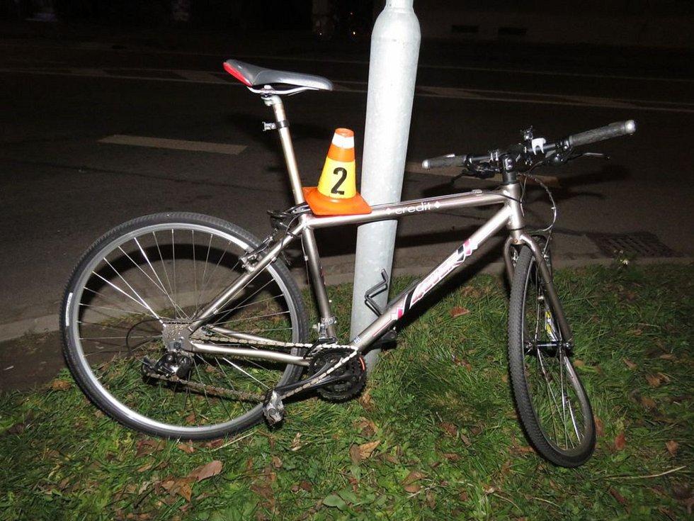 Mladá řidička nedala přednost a srazila svým Oplem cyklistu.