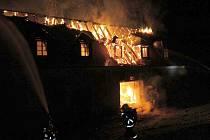 V pátek 11. října 2016 začal hořet zámek v Plumlově na Prostějovsku. Nebylo to přitom poprvé, oheň zde zachvátil střechu už v roce 2010. Škodu způsobila nejspíš obyčejná nedbalost.