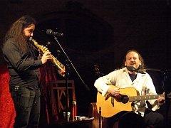 Pátek patřil v Čechách pod Kosířem písničkáři a muzikantovi Vlastu Redlovi. Svými písněmi, svérázným vystupováním a humorem bavil a nejednou během dvouhodinového představení rozesmál publikum.