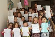 Předávání vysvědčení ve třetí třídě Základní školy v Plumlově