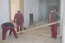 Dělnící při opravách plumlovského zámku