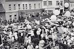 Účastníci průvodu s mávátky a různými transparenty procházely před tribunou s představiteli politického a veřejného života okresu. Vroce 1989 se prvomájové shromáždění poprvé konalo na Wolkerově třídě.