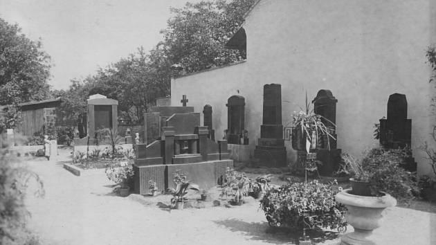 1. Ve dnech sokolských slavností od 24. června do 9. července 1928 se vProstějově konala výstava zahradního a hřbitovního umění.