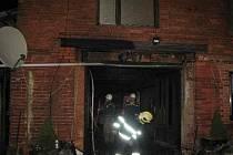 Požár zachvátil strop průjezdu rodinného domu v Kraličkách.