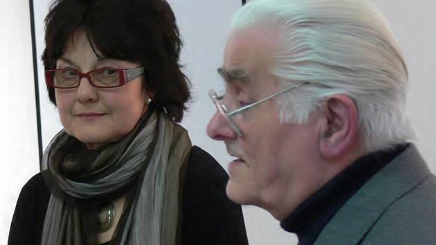 Jana Kasalová s kurátorem výstavy Josefem Dolívkou
