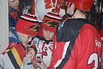Jestřábi (v červeném) s malými fans