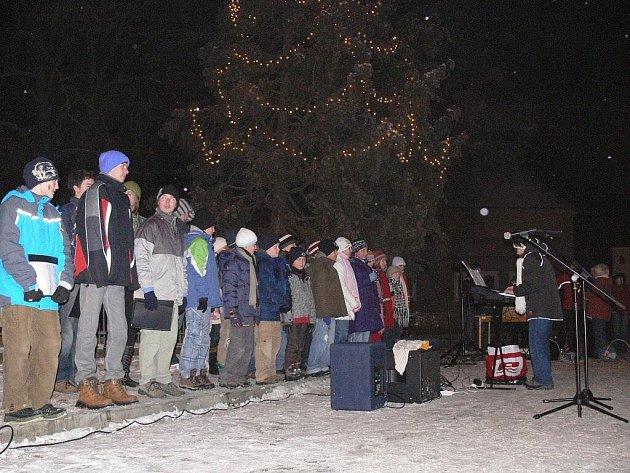 Děti ve Vrbátkách zpívaly o víkendu před obecním úřadem koledy